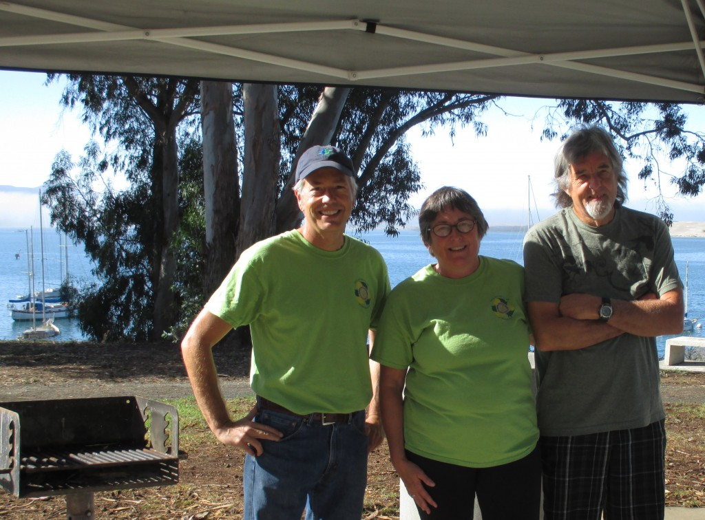 Club members stand ready to help volunteers get started with the picnic and pickup event.